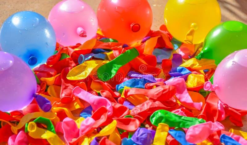 wiele kolorowi balony na płytkach taras Niektóre balony deflated i inni balony folują woda i powietrze zdjęcie stock