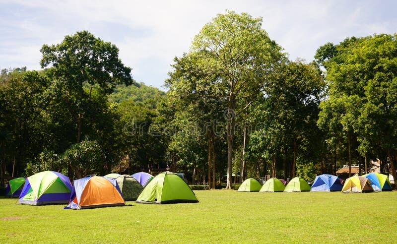 Wiele kolorowi namioty na traw polach przy Huay Kamin siklawą zdjęcie stock