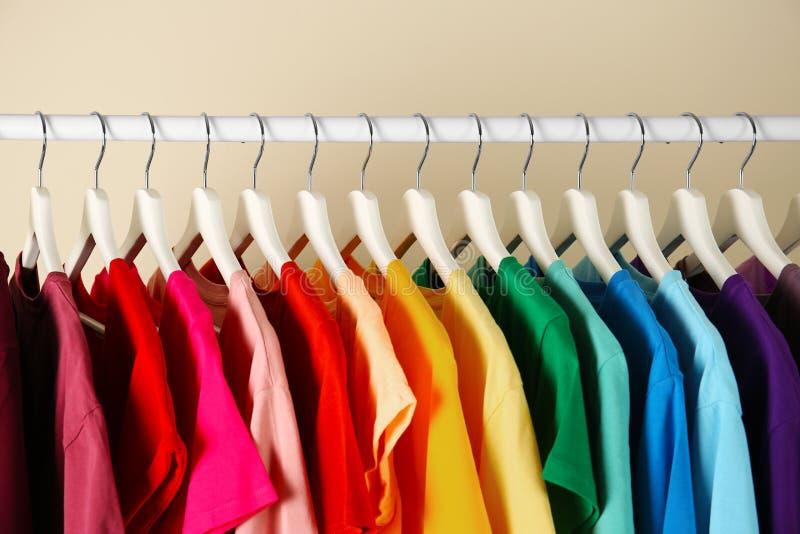 Wiele koszulki wiesza w porządku tęcza kolorów fotografia stock