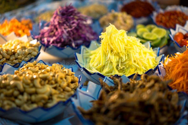 Wiele kulinarni składniki umieszczają w pucharze wykładającym na kuchni obraz stock