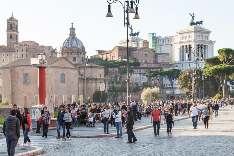 Wiele ludzie dalej Przez dei Fori Imperiali w Rzym fotografia stock