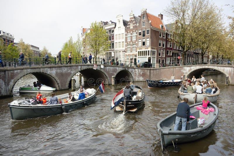 Wiele ludzie na kanałowej wycieczce w centre holenderski kapitał Amsterdam zdjęcie royalty free