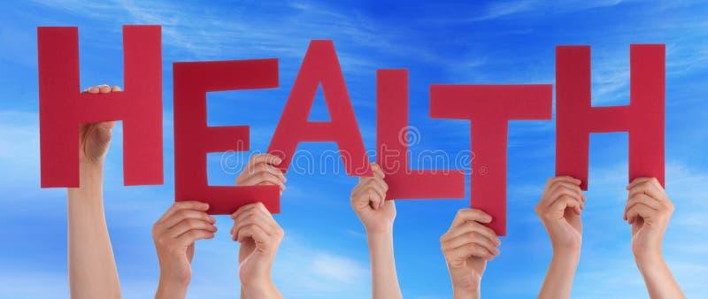 Wiele ludzie ręk Trzyma Czerwonego słów zdrowie niebieskie niebo zdjęcie stock