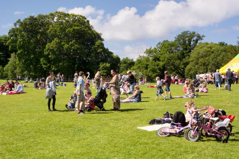 Wiele ludzie, rodziny z dziećmi cieszy się ciepłego słonecznego dzień zdjęcia stock