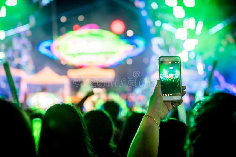 Wiele ludzie są w miejscowych wszystko i koncercie one stoi przed sceną zdjęcia stock