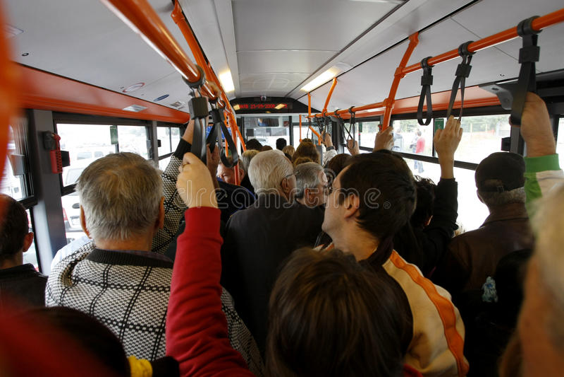 Wiele ludzie w zatłoczonym autobusie