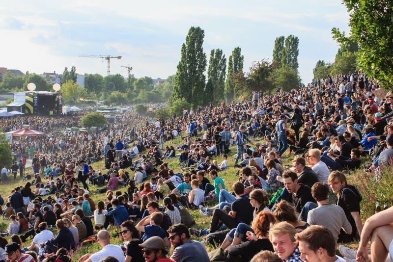 Wiele ludzie w zatłoczonym parku przy fetą De Los angeles Musique (Mauerpark) obraz stock