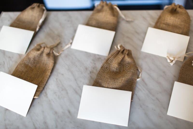 Wiele małe brown torby tkaniny i bielu karty zdjęcia royalty free