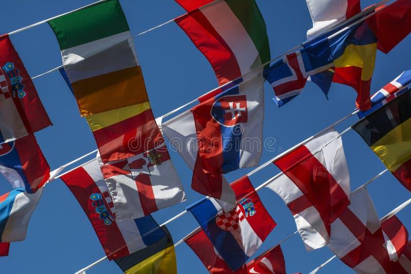 Wiele małe flaga różni kraje na sznurku zdjęcie stock