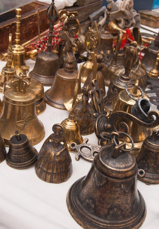 Wiele mali dzwony na stole kram obrazy stock