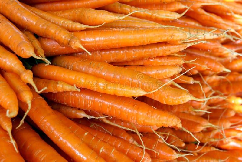 Wiele marchewki układać w wielkiej stercie przy rolnicy wprowadzać na rynek zdjęcie stock