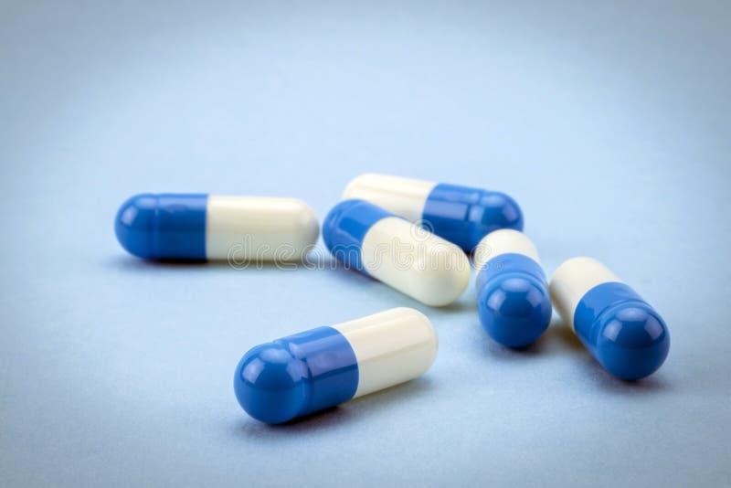 Wiele medycyny błękitne i białe kapsuły fotografia stock