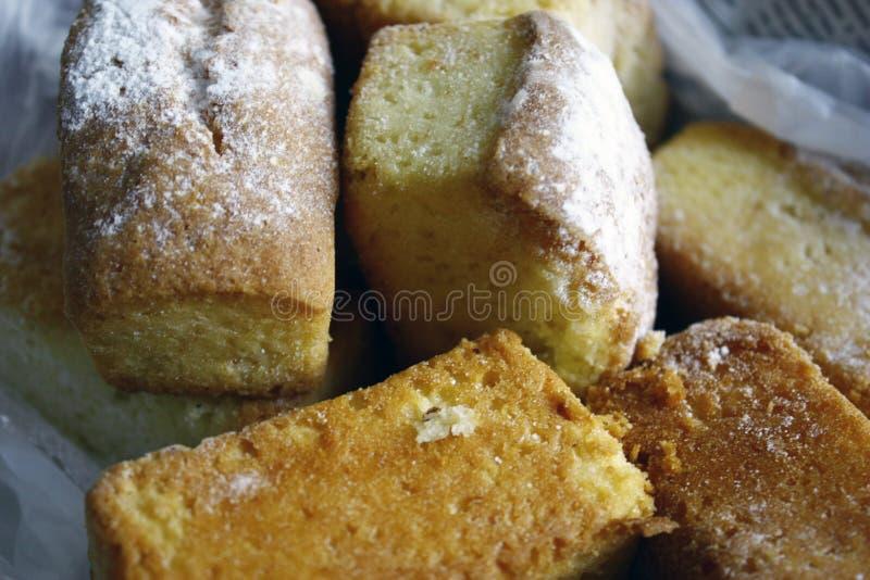 wiele mine babeczki dla deseru pudrującego z cukierem - babeczka w górę zdjęcia royalty free