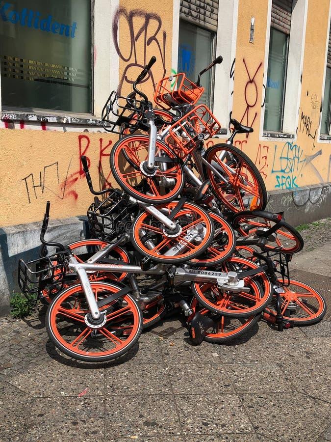 Wiele Mobike roweru udzielenia bicykle na stosie na ulicie w Berlin, Niemcy fotografia royalty free