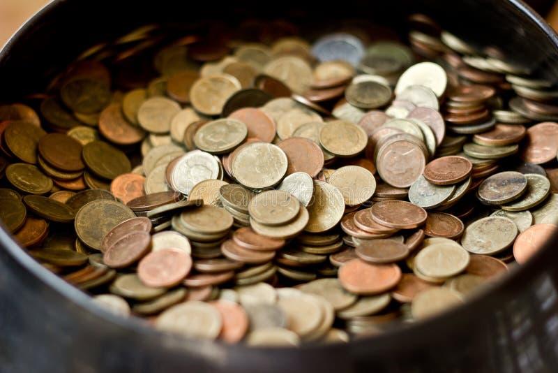 Download Wiele moneta w pucharze obraz stock. Obraz złożonej z dużo - 57669691