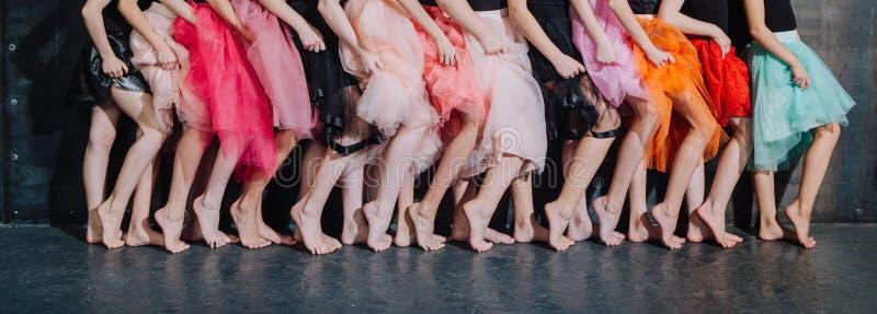 Wiele nóg dziewczyn dziewczyn rzędu pozy przyjęcie obraz stock
