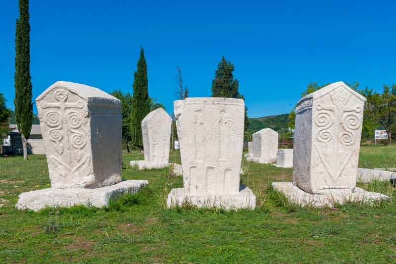 Wiele nagrobków monumentalny średniowieczny kłamstwo rozpraszał w Herzegovina zdjęcia royalty free