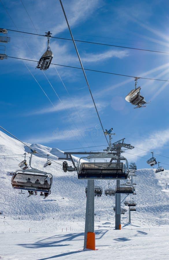 Wiele narciarscy dźwignięcia krzyżuje narciarskiego skłon zdjęcie stock