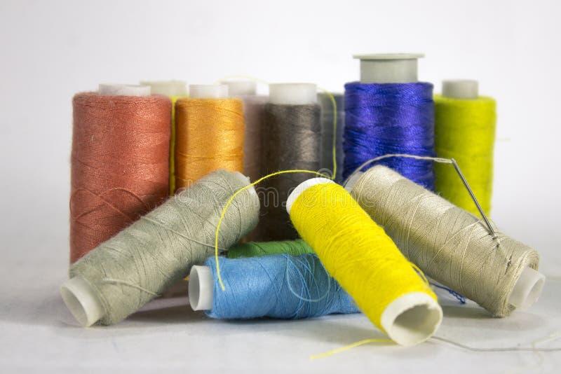 Wiele nici różni kolory na białym tle zdjęcie royalty free