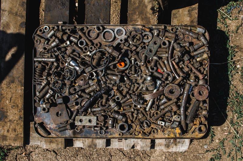Wiele ośniedziali rygle, dokrętki, płuczki, gwoździe, dodatkowe części w metalu boksują zdjęcie stock