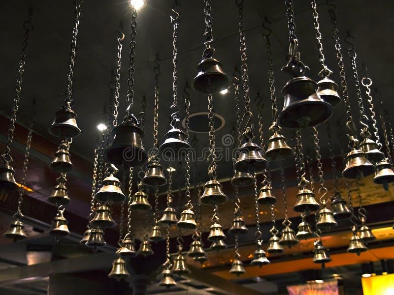 Wiele obrządkowi dzwony wiesza na łańcuchach od sufitu zdjęcia stock