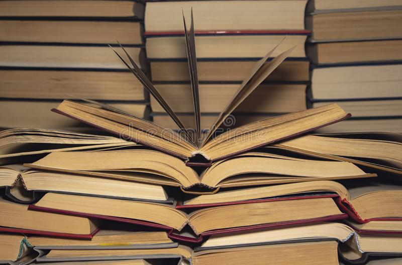 Wiele otwarte książki na tle sterty książki obrazy royalty free