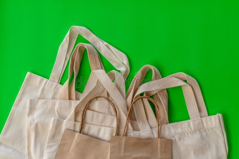 Wiele płótno torby na zielonej scenie obraz stock