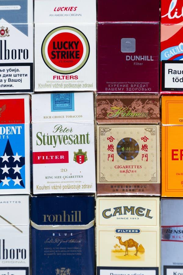 Wiele paczki różni papierosy fotografujący z odgórnego widoku mieszkaniem kłaść skład na Marzec 25, 2017 w Praga, republika czech zdjęcie royalty free