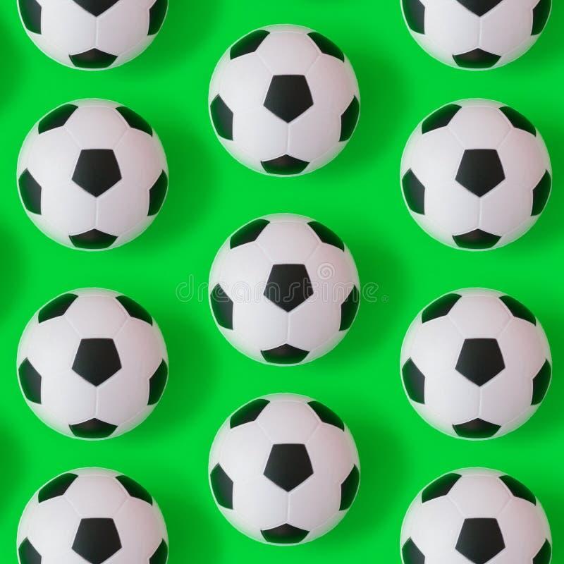 Wiele piłek nożnych piłek czarny i biały tło Futbolowe piłki w wodzie royalty ilustracja
