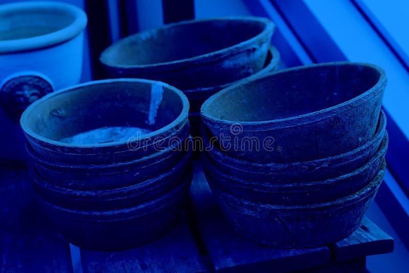Wiele Piles z pustych misek glinowych na drewnianym stoliku z teksturą Tapeta i pocztówka, ceramika, ceramika, rękodzieło obraz stock