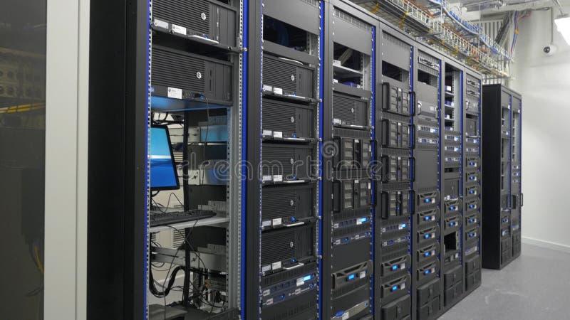 Wiele potężni serwery biega w dane centrum serweru pokoju Wiele serwery w dane centrum Wiele stojaki z serwerami fotografia royalty free