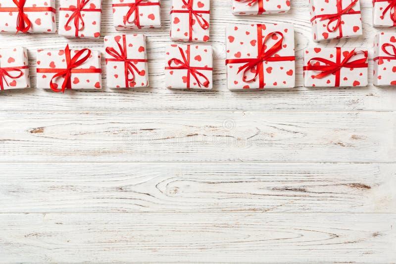 Wiele prezentów pudełka z czerwonym faborkiem i sercem Walentynka lub inny wakacje pojęcie odgórny widok z kopii przestrzenią dla fotografia stock