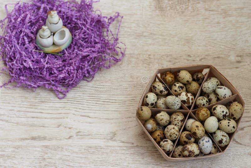 wiele przepiórek jajka kłamają w beżowym koszu fotografia royalty free