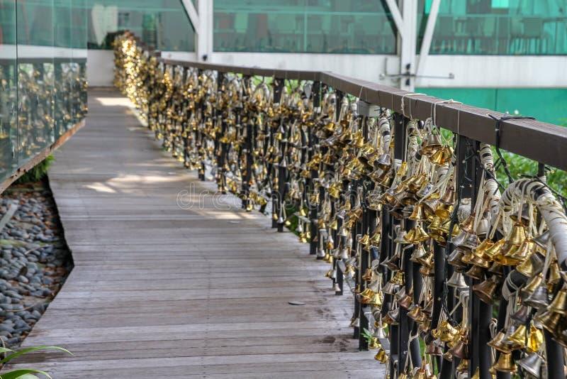 Wiele przy Singapore dzwon na balkonie zdjęcia stock