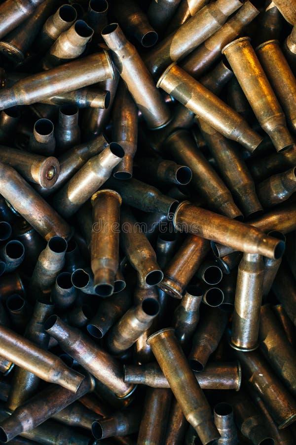 Wiele puste pocisk skorupy, stos używać karabinowe ładownicy 7 62 mm kaliber, karabinu szturmowego pociska skorupa, militarny tło obrazy royalty free