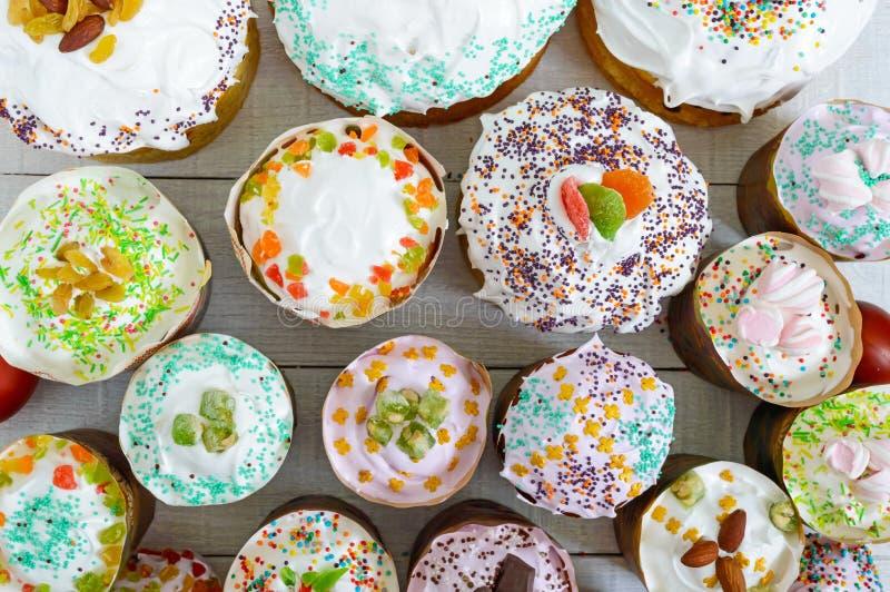 Wiele różna wielkanoc zasycha na białym tle Odgórny widok Tradycyjny słodki chleb dekorująca beza zdjęcia royalty free