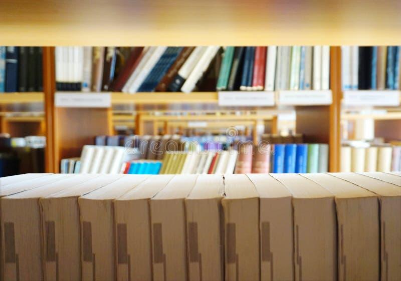 Wiele różne książki wykładali na bibliotecznych półkach na książki fotografia stock