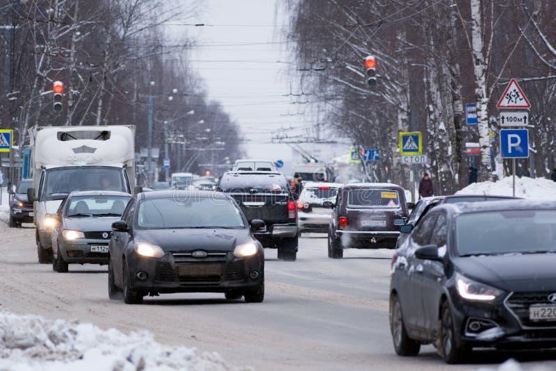 Wiele różni samochody w miasto ruchu drogowym obrazy stock