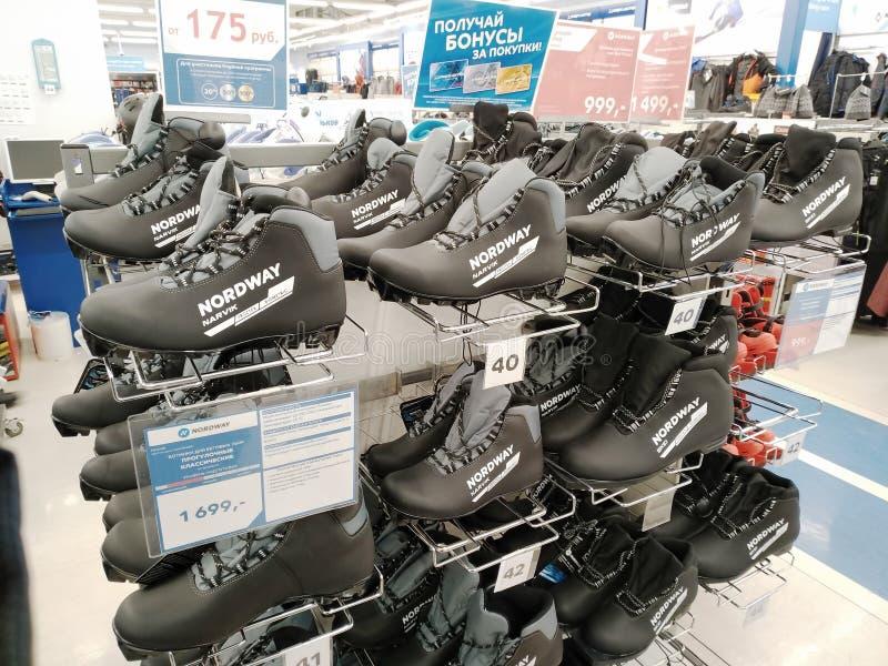 Wiele różnorodni narciarscy buty w wielkich sportowych towarach przechują Sportmaster obrazy stock