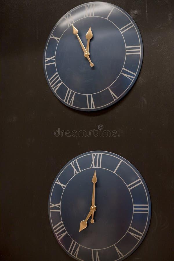 Wiele różny ścienny zegar na ścianie Set clockfaces Pojęcie czasu zarządzanie Wielokrotność zegarów pokazywać zdjęcie stock