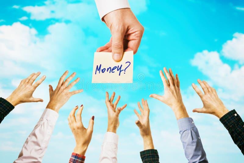 Wiele rąk wśród nieba z chmurami Ludzie czerpią szansę na zdobycie pieniędzy Koncepcja dotycząca zarobków zdjęcie stock