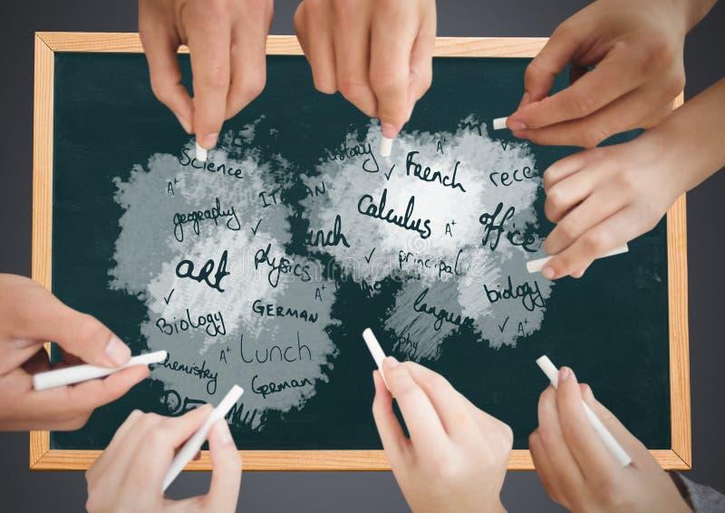 Wiele ręki pisze szkolnych tematach na blackboard zdjęcia royalty free