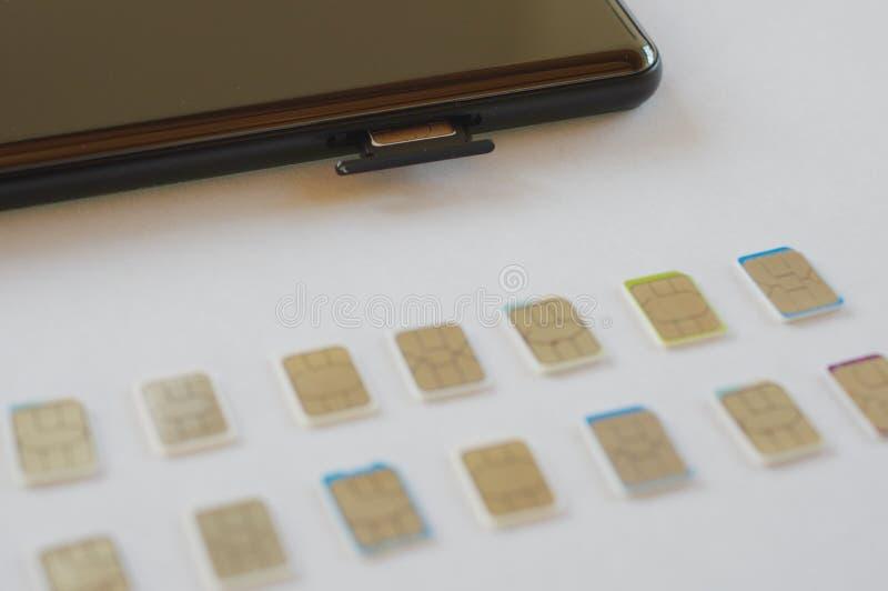 Wiele sim karty wybierać z mądrze telefonem zdjęcia stock