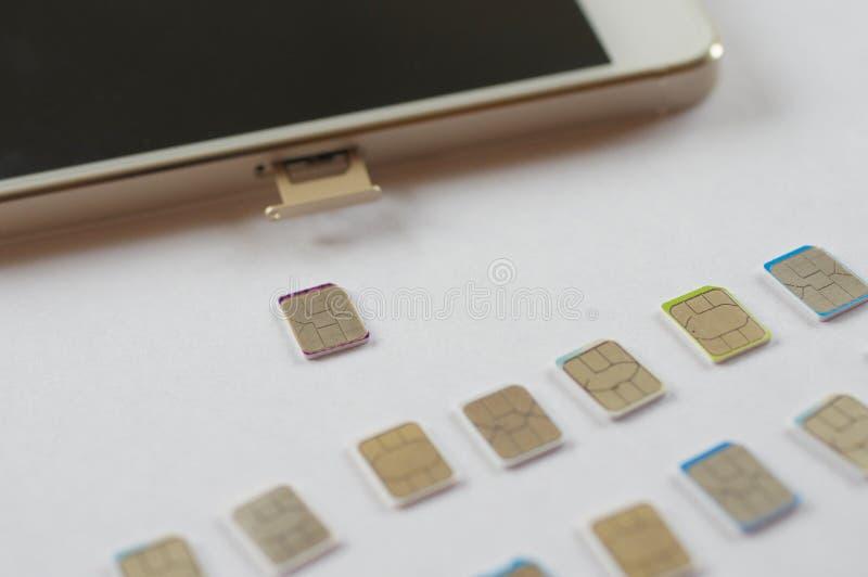 Wiele sim karty wybierać z mądrze telefonem zdjęcie royalty free