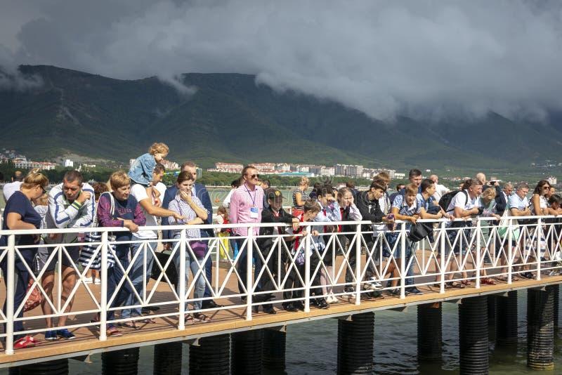 Wiele sportów fan i widzowie są na molu i czekają Rosyjskiego Aquabike mistrzostwo zaczynać zdjęcia royalty free