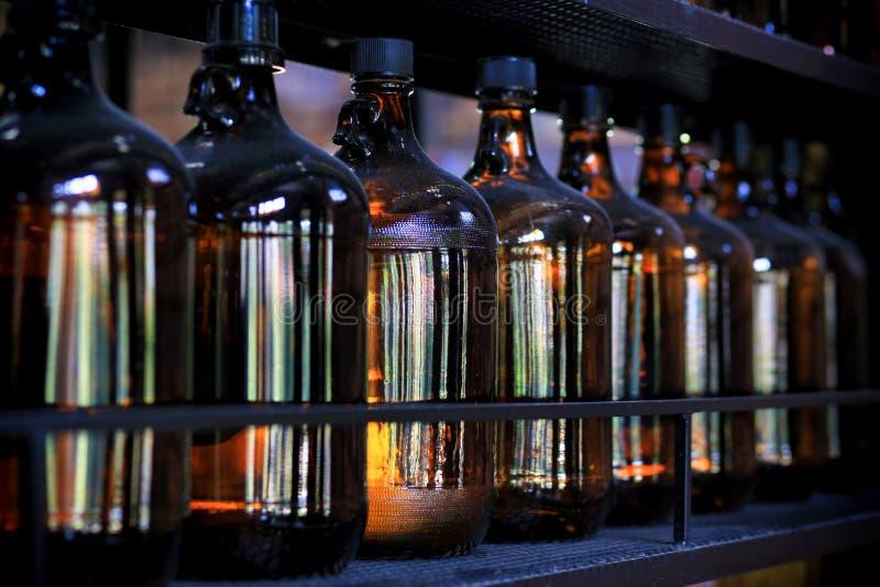 Wiele stare chemiczne szklane butelki na stalowych półkach obraz stock