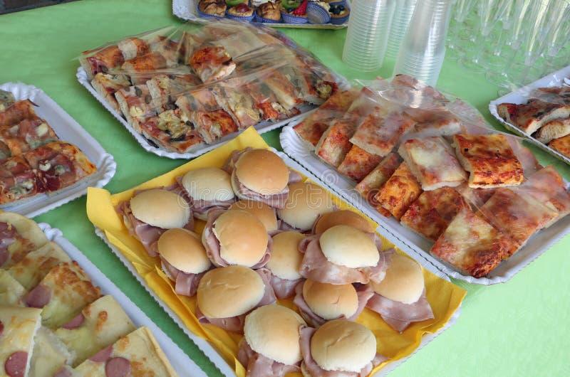 Wiele tace z foods jak pizzy i mleka rolki zdjęcie royalty free
