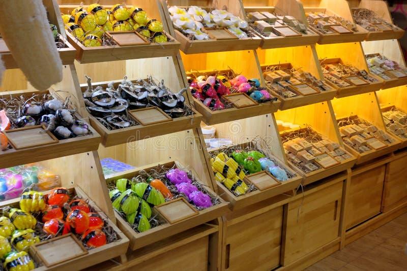 Wiele typy owoc mydło na półkach dla bubla w Blueport centrum handlowym Hua Hin, Tajlandia Styczeń 20, 2019 zdjęcia royalty free