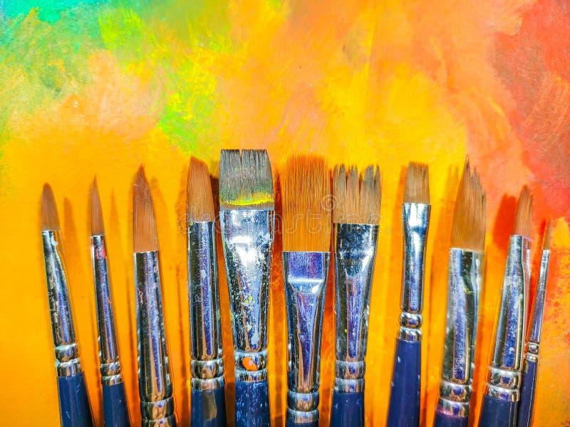 Wiele używanych pędzli malarskich o pięknym, abstrakcyjnym tle obrazy royalty free