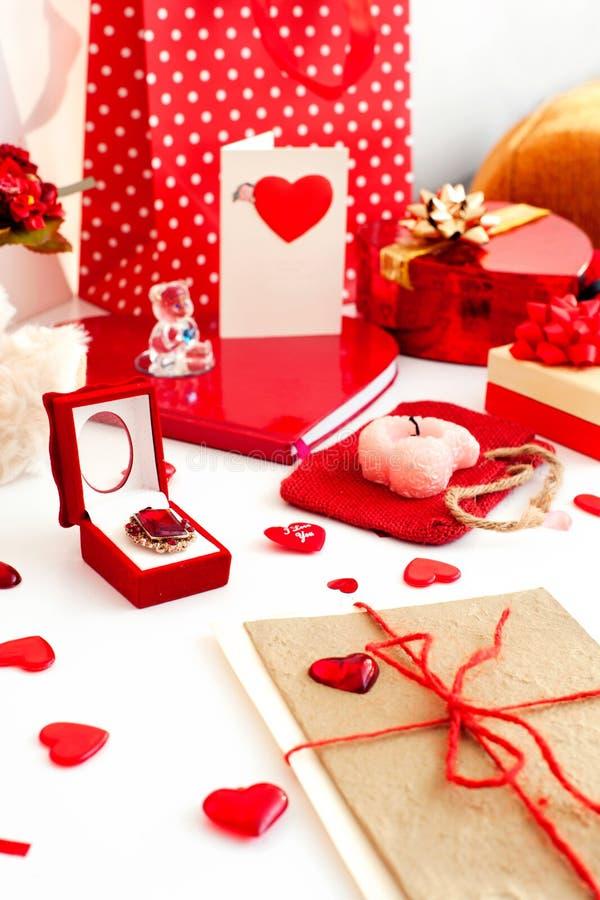 Wiele walentynki ` s dnia świąteczni prezenty i zaskakują w bałaganie zdjęcia royalty free